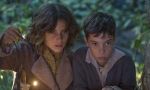 Marina Comas y Francesc Colomer en una escena de 'Pa Negre'