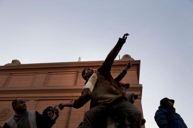 Los manifestantes de los campos de oposición lanzan piedras el uno al otro durante los enfrentamientos.