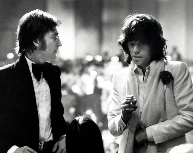 John Lennon & Mick Jagger 13 de marzo de 1974: Los Angeles, CA. John Lennon, May Pang y Mick Jagger asistiendo al American Film Institute tributo a James Cagney en Century Plaza Hotel.  © Ron Galella